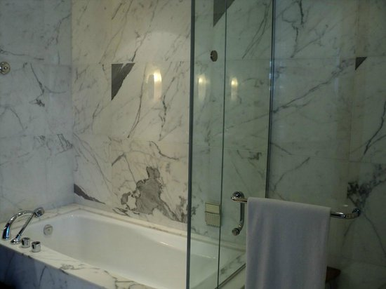 Shangri-La Hotel, Vancouver: Full bath and separate shower
