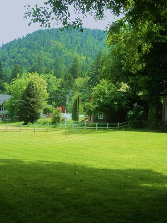 Grants Pass, OR: View of the expansive and well-manicured lawns.