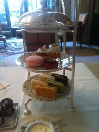 Отель Four Seasons Hotel George V Paris: Plateau de présentation des mignardises de l'afternoon tea