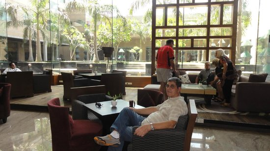 Crowne Plaza Hotel Gurgaon: patio externo visto desde interior