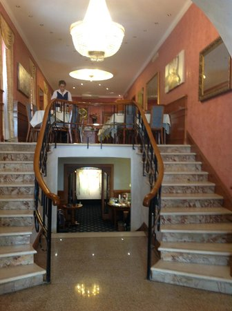Raffaello Hotel: Double staircase to dining