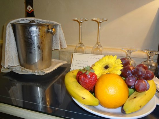 Barocco Hotel: Our welcome fruit and prosecco