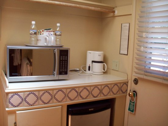 Sky Ranch Lodge: kitchenette area