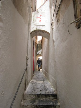 Floridiana Hotel: The narrow alley way from the street