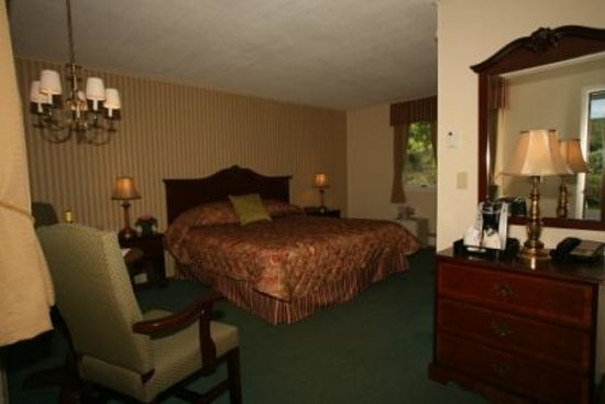 Braeside Motel: King Size Bedroom