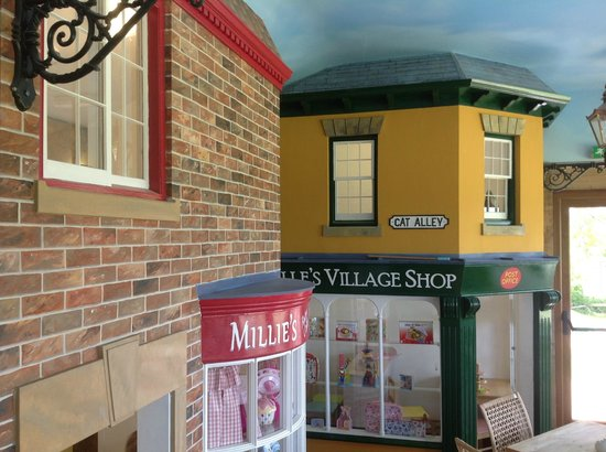 Bedale, UK: The lovely Children's Shops where they can have there tea.