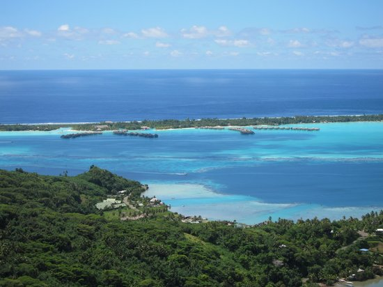 Four Seasons Resort Bora Bora : Looking at the Four Seasons from hike