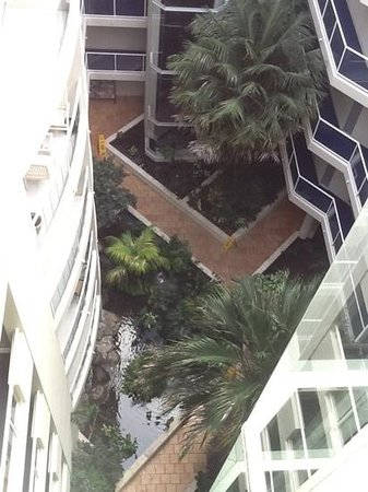 Biggera Waters, Australia: Central atrium looking down on well tended open air gardens and fish ponds.