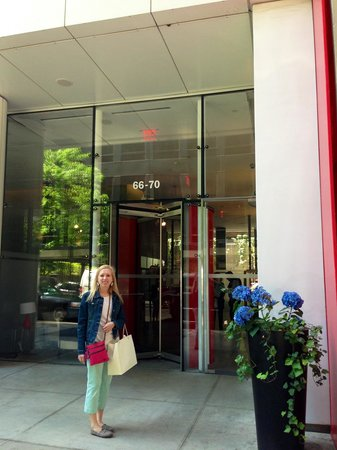 Cassa Hotel New York: My sister in front of the Cassa NYC