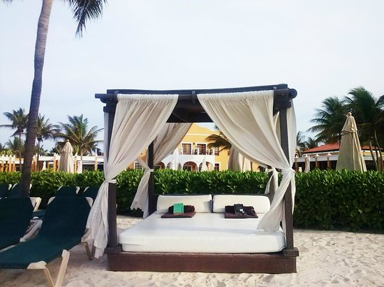 Dreams Tulum Resort & Spa: Camastros en la playa