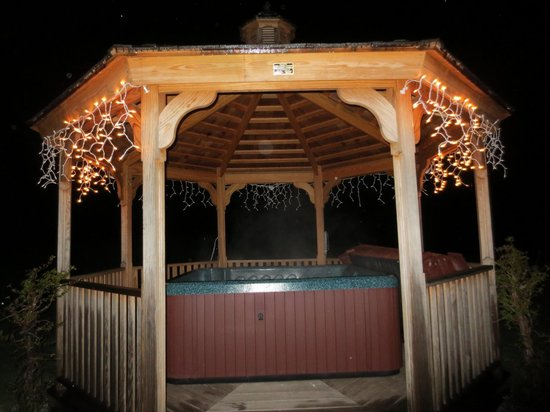 Mendon, VT: outdoor tub at night