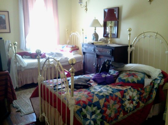 Leesburg Colonial Inn: room with 2 single beds