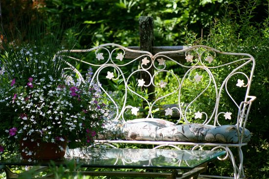Roseledge Country Inn and Farm Shoppe: Garden seat