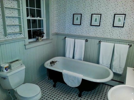 Eddington House Inn: Beautiful bathroom with claw foot tub