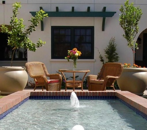 1906 Lodge at Coronado Beach: Relax in the courtyard with the gentle music of the fountain