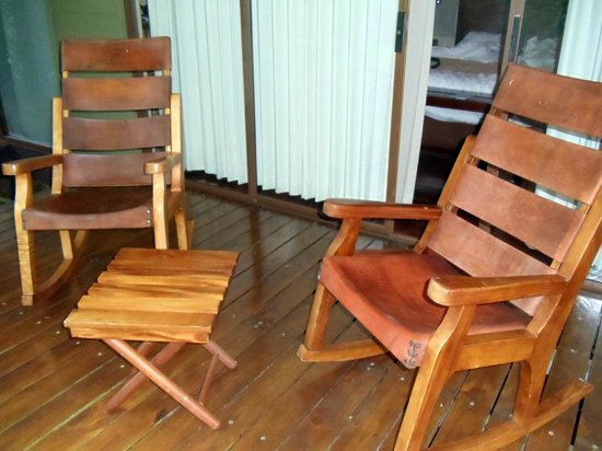 El Silencio Lodge: Comfortable rocking chairs on each porch!