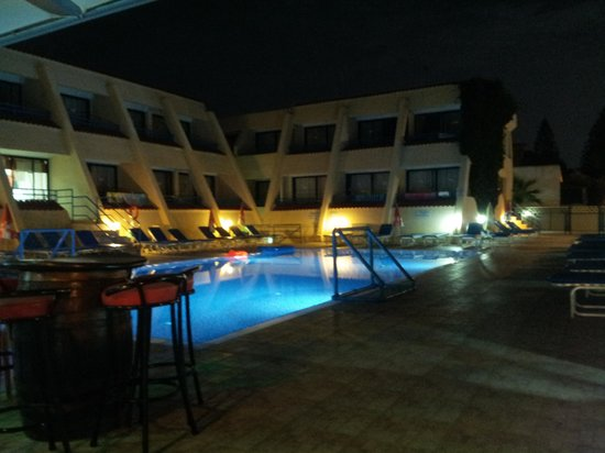 Napa Prince Hotel Apartments: Pool at Night