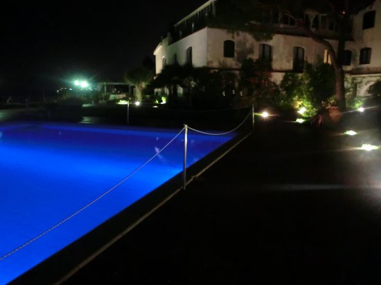 Aci Castello, Italia: piscina by night