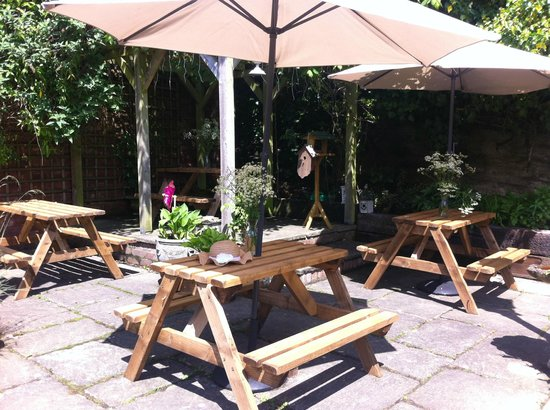 Much Wenlock, UK: The Patio is inviting for a cheeky warm afternoon or evening