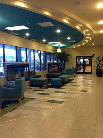 BEST WESTERN PLUS Sandcastle Beachfront Hotel: front lobby sittin area