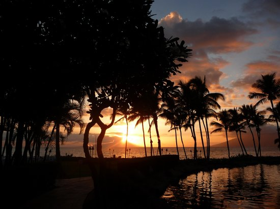 Grand Wailea - A Waldorf Astoria Resort: Sunset on the beach