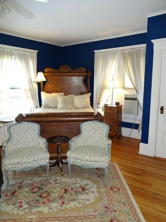 The Lion and The Rose Bed and Breakfast: Marion Hall Room