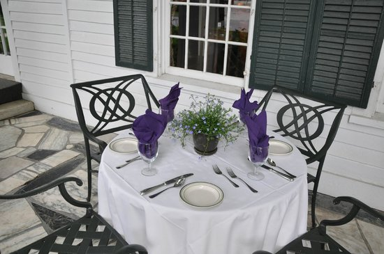 Dorset Inn: Dining on the front porch