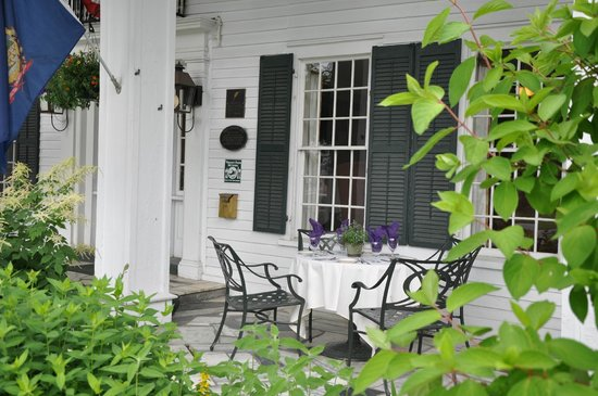 Dorset Inn: Front Porch
