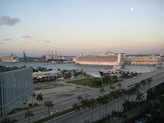 Hyatt Regency Pier Sixty-Six: Cruise Ships seen from balcony