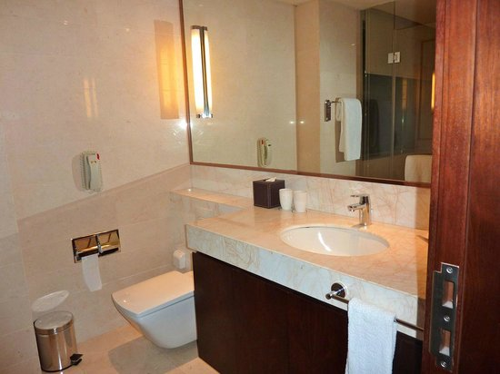 Oakwood Residence Hangzhou: Lots of space in the bathroom