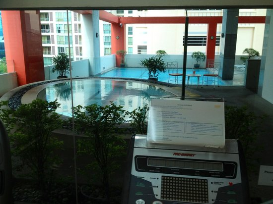 Bandara Suites Silom : Jacuzzi & Pool view from the fitness room