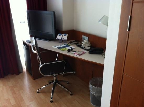 Four Points by Sheraton Barcelona Diagonal: Desk area