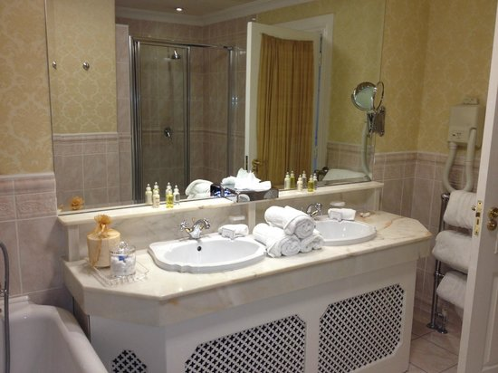 Hayfield Manor Hotel: Bath vanity