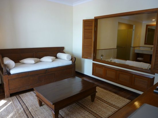 Tanjung Rhu Resort: sitting room & bathroom