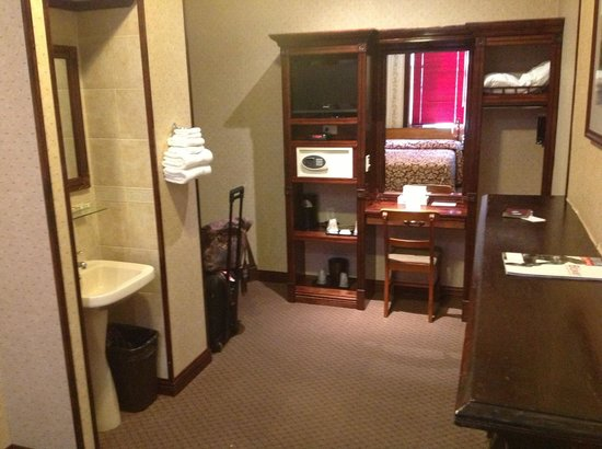 Hotel 17: Sink, Fireplace and cabinet
