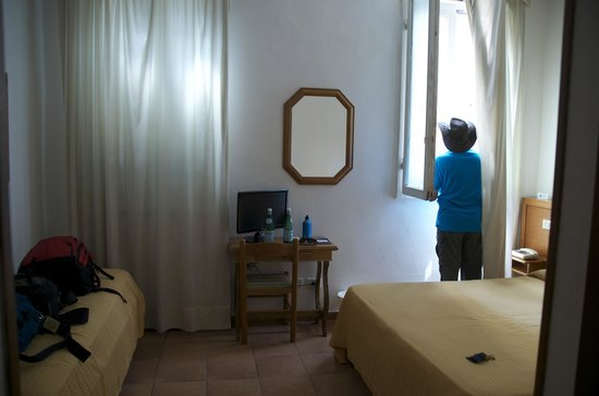 Hotel Accademia: A fairly spacious room with a queen size bed