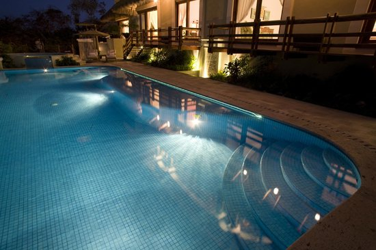 Colima, Mexique : Pool lit up at night