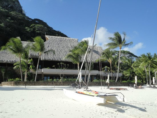 Hilton Bora Bora Nui Resort & Spa: This building houses shops, restaurant, bar, gymnasium etc...