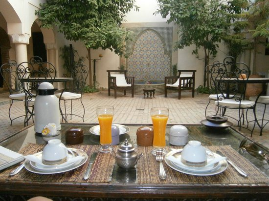 Riad Cannelle: Courtyard breakfast