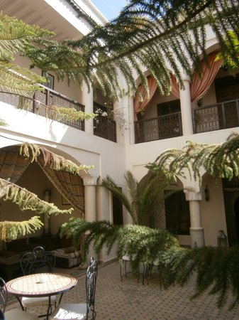 Riad Cannelle: View from courtyard to upper level