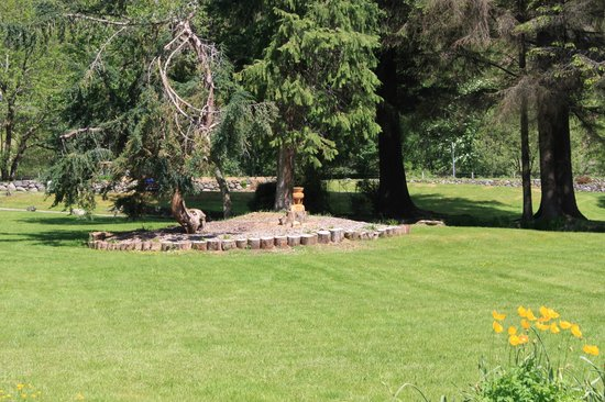 The Brander Lodge Hotel & Bistro: Yew Tree and Sculpture garden