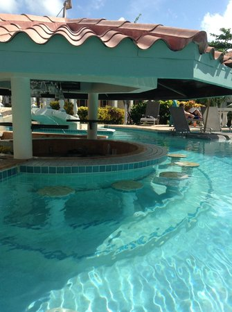Belizean Shores Resort: pool bar
