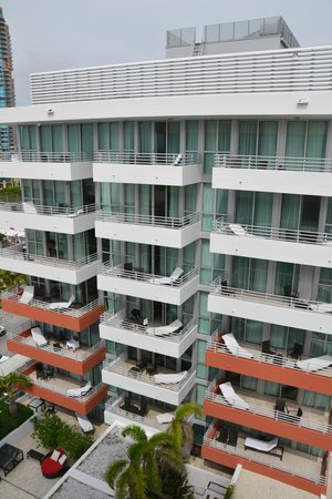 Hilton Bentley Miami/South Beach: View of the other units from our balcony