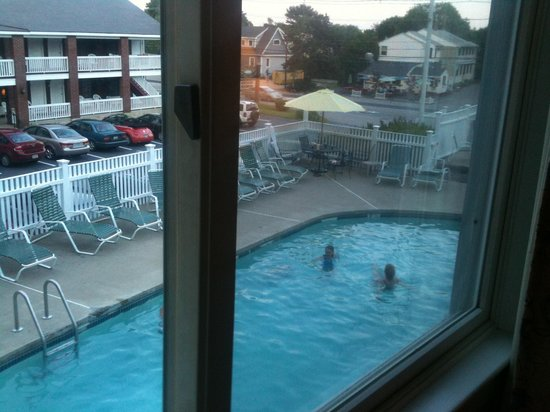 Sea View Motel: View of the pool & hot tub area from our window in the jacuzzi suite