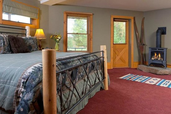 Bethlehem, NH: Bear Den features direct access to the beautiful backyard and seating area