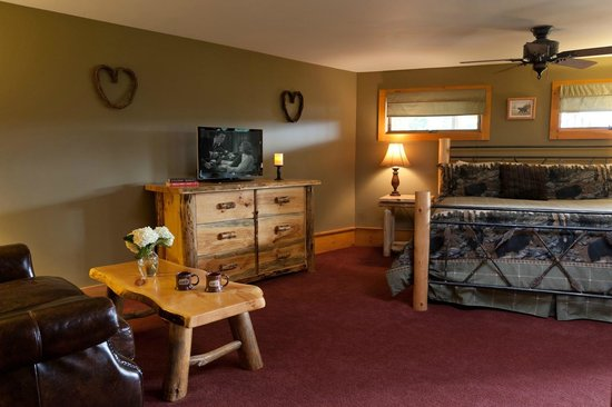 Bear Mountain Lodge: Bear Den features custom log furniture and a comfortable seating area