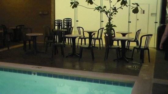 Zoders Inn & Suites: siting around pool