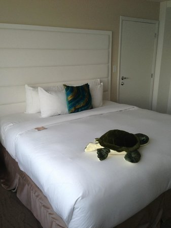 B Ocean Fort Lauderdale: Bed with Turtle Welcoming Committee
