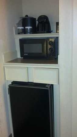 Embassy Suites  New Orleans-Convention Center: Fridge Microwave