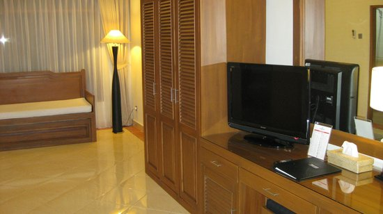 Wina Holiday Villa Hotel: Suite: TV and cabinet space